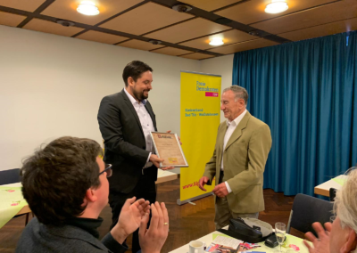 Dr. Patrick Lechner ernennt den Sozialpolitiker Dr. Helmut Prigge zum FDP-Ehrenmitglied des Ortsverbands