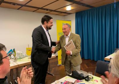Dr. Patrick Lechner ernennt den Chemiker Dr. Helmut Prigge zum FDP-Ehrenmitglied