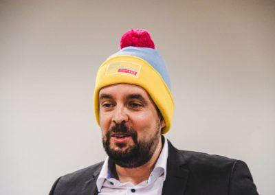 Dr. Patrick Lechner mit der neuen FDP-Mütze, die im Winter-Kommunalwahlkampf 2020 bereits gute Dienste leistete
